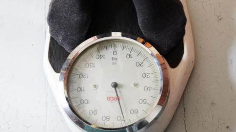 Zu viele Pfunde auf der Waage: Während des Lockdowns haben sich viele schlecht ernährt und zu wenig bewegt.