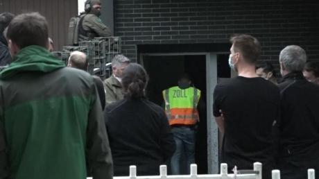 Einsatzkräfte vor einem Bürogebäude in Essen.