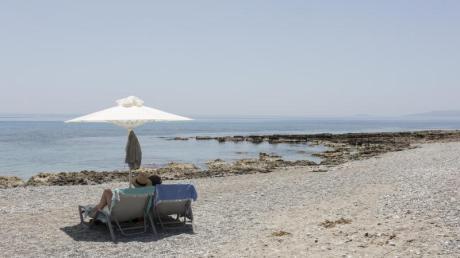 Touristen genießen den Ritsa-Strand in Kardamyli, einer Stadt am Meer fünfunddreißig Kilometer südöstlich von Kalamata, Peloponnes.