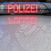 Ein Jugendlicher könnte in Neuburg einen Streifenwagen beschädigt haben.