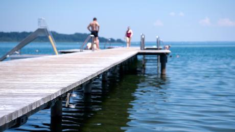 Die erste Hitzewelle des Jahres treibt die Menschen an Badeseen und in die Freibäder.