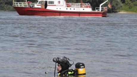 Nachdem es am Mittwoch am Rhein bei Duisburg zu einem Badeunfall gekommen war, suchte dieser Taucher der Feuerwehr nach den vermissten Mädchen. Nun sind in denNiederlanden zwei Leichen entdeckt worden.
