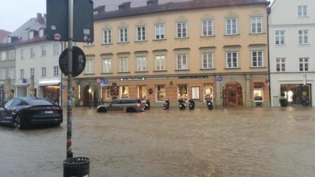 Wasser hat nach starkem Regen die Innenstadt von Landshut überflutet.