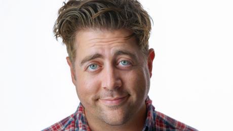 """Eric Petersen spielt Kevin in """"Kevin Can F**k Himself"""". Besetzung, Start, Folgen, Handlung, Trailer - hier die Infos."""