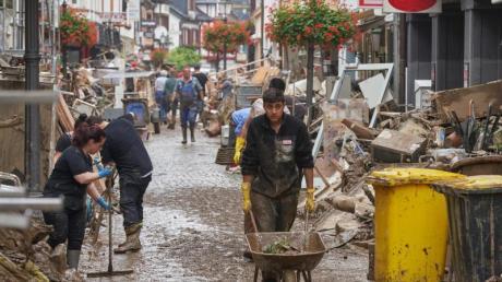 Kampf gegen die braunen Massen: In Ahrweiler versuchen Anwohner und Ladeninhaber, ihre Häuser von Schlamm zu befreien.