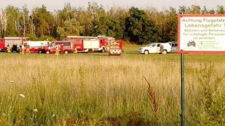 Die Feuerwehr steht am Flugplatz Renneritz an der weiträumig abgesperrten Unfallstelle.