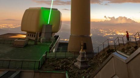 Experten des Hightech-Unternehmens Trumpf und der Universität Genf richteten zum ersten Mal den Laserstrahl auf dem Säntis aus.