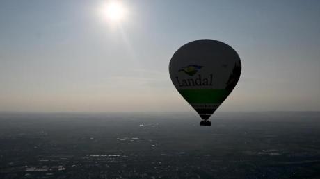 Der nach Angaben des Herstellers größte jemals in Deutschland produzierte Heißluftballon schwebt bei seiner Jungfernfahrt über Stuttgart.