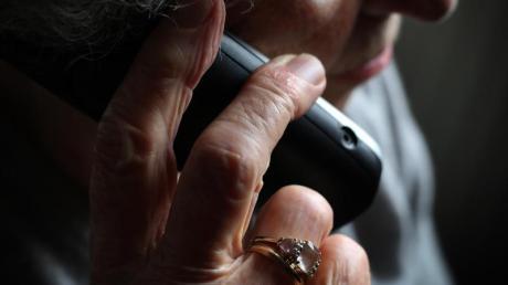 Viele ältere Menschen fallen immer wieder auf den sogenannten Enkeltrick herein (Symbolbild).