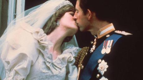 Der Hochzeitskuss des damaligen Traumpaares Prinz Charles und Lady Diana Spencer 1981 in London.