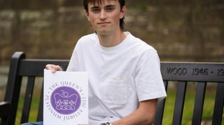 Edward Roberts hält sein Logo zum 70. Thronjubiläum von Queen Elizabeth II. im nächsten Jahr hoch. Bei einem Wettbewerb für junge Designer hat man den Entwurf des 19-jährigen Roberts ausgewählt.