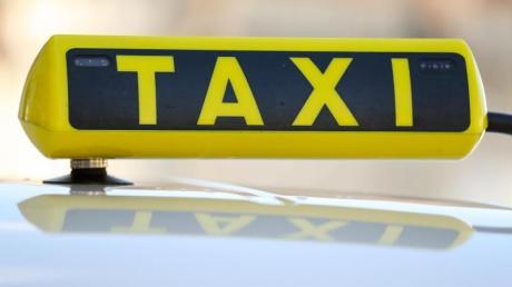 Zwei Fahrgäste haben sich von Neu-Ulm bis Burgau im Taxi fahren lassen und wollten dann den Taxifahrer mit fünf Euro abspeisen.