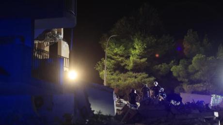 Feuerwehrleute suchen in den Trümmern eines dreistöckigen Gebäudes im Osten Spaniens nach Opfern.