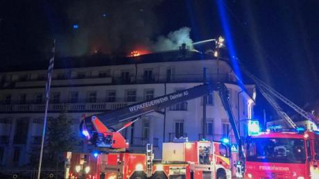 Die Feuerwehr löscht von Drehleitern aus das Hotel «Badischer Hof». Etwa 160 Gäste mussten vor dem Feuer in Sicherheit gebracht werden.