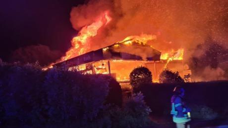 Ein Supermarkt ist in Ratingen trotz eines Großeinsatzes der Feuerwehr komplett ausgebrannt.