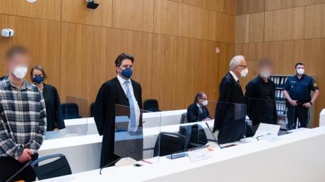 Im Prozess um den mutmaßlichen Dreifachmord inStarnberg erhebt die Verteidigung eines der beiden Angeklagten Foltervorwürfe gegen die Ermittler.