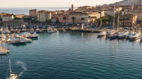 Die Bundesregierung streicht die bei Urlaubern beliebte Insel Korsika ab Sonntag von der Liste der Corona-Hochrisikogebiete.