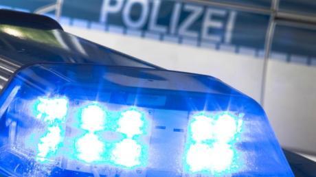 Ein unbekannter Fahrer mit Blaulicht hat einen Fahranfänger derart geschnitten, dass der einen Unfall gebaut hat.