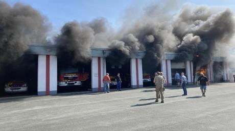 In Olsberg im Hochsauerlandkreis brannte ein Feuerwehrfahrzeug in der Halle.