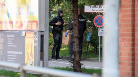 Polizisten stehen auf dem Gelände des Dong Xuan Center in Berlin.