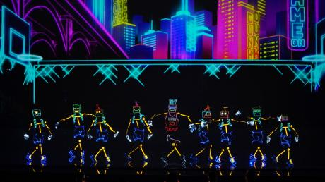 """Kandidaten bei """"Das Supertalent"""" 2021: Maryna Zaitseva und die """"Light Balance Kids"""" aus der Ukraine präsentieren eine LED-Show mit Tanz und Akrobatik. Alle Teilnehmer im Überblick."""