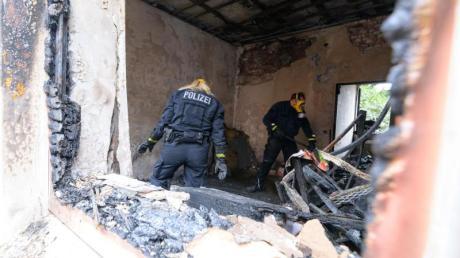 Zwei Brandermittler der Polizei im Einsatz.
