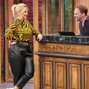 """Die Impro-Comedy """"Halbpension mit Schmitz"""" läuft bei Sat.1. Alle Infos zu Start, Sendeterminen, Teilnehmern und der Übertragung im TV und Stream. Zu den ersten Gästen gehört Beatrice Egli."""