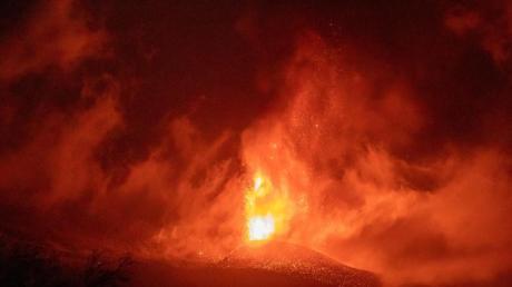 Der Vulkan auf La Palma spuckt weiter Lava aus.