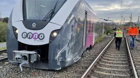 Ein Zug ist beim Rangieren in Wolfsburg an einer Weiche aus dem Gleis gesprungen.