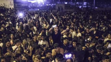 Partys im Freien, oft mit viel Alkohol, die in Spanien «Botellones» genannt werden, sind eigentlich verboten. Das Trinken von Alkohol in der Öffentlichkeit kann hohe Bußgelder nach sich ziehen.