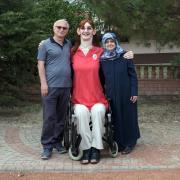 Selbst im Rollstuhl sitzend ist Rumeysa Gelgi so groß wie ihre Eltern. Die Türkin ist mit 215,16 Zentimetern offiziell die größte lebende Frau der Welt.