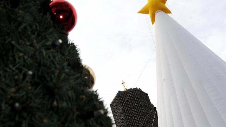 Weihnachtsbaum Brauchtum.Brauchtum Aufblasbarer Weihnachtsbaum In Berlin Promis Kurioses