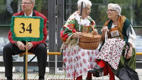 Noch ein Schwätzchen: Besucher in sudetendeutscher Tracht warten auf den Beginn des Sudetendeutschen Tages. Foto: Karl-Josef Hildenbrand