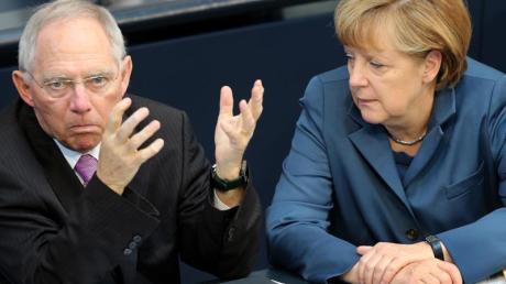 Wolfgang Schäuble und Angela Merkel im Bundestag. Schäuble warnt die Unionswähler, für die neue Anti-Euro-Partei Alternative für Deutschland zu stimmen.