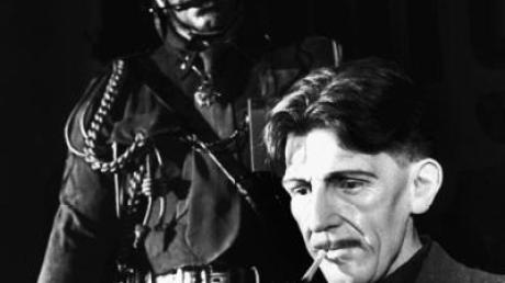 """George Orwell, Autor der Überwachsungs-Dystopie """"1984"""", als Wachsfigur bei Madame Tussauds. Sein Held Winston Smith hatte panische Angst vor Ratten. eine Szene des Buches erinnerte an eine Folge des Dschungelcamps 2012. Kim bekam in einer Art Taucherglocke Ratten vors Gesicht."""