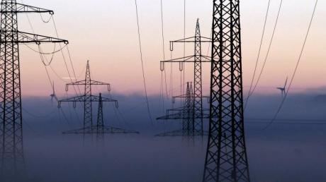 Stromleitungen im Morgengrauen: Die Ökostrom-Reform ist Gegenstand im Kabinett. Foto: Karl-Josef Hildenbrand/Archiv