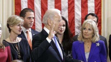 US-Vizepräsident Joe Biden wird im Kreise seiner Familie vereidigt. Hinter ihm steht sein Sohn Hunter. Foto:Carolyn Kaster/Archiv vom 20.01.2013