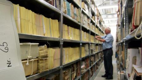 Regale mit Stasi-Akten: Bei der Unterlagen-Behörde stapeln sich die Anträge auf Akteneinsicht. Am 17. Juni wird sie ans Bundesarchiv angegliedert.