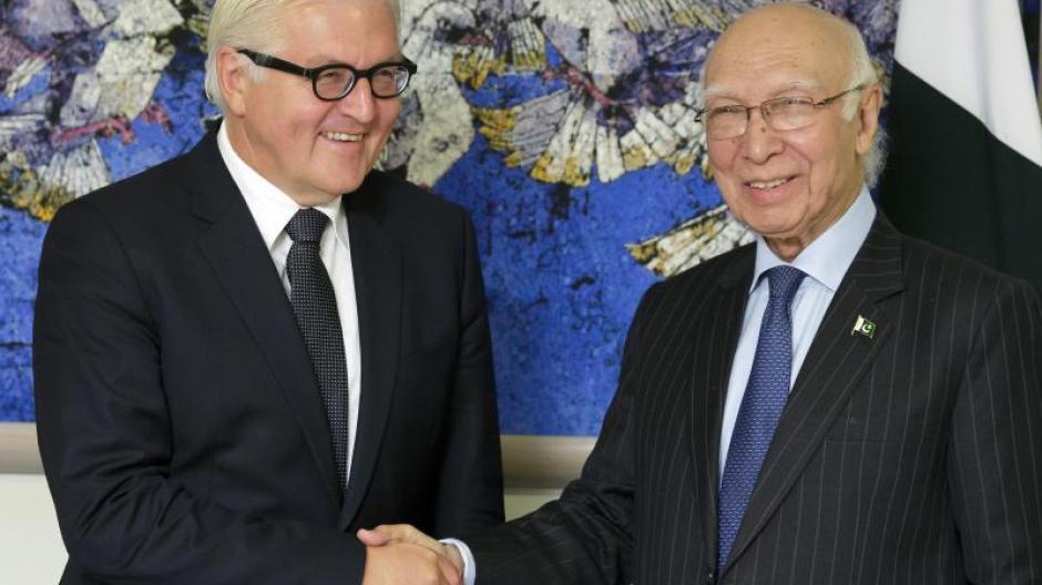 62de917945a1c0 Bundesaußenminister Frank-Walter Steinmeier (l.) trifft in Islamabad den  Aussenpolitischen Berater im Ministerrang