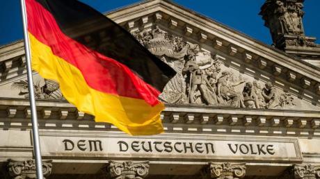 Die Transparenzwächter von Abgeordnetenwatch.de haben eine Lobbyisten-Namensliste mit 607 Verbänden, Unternehmen und Organisationen veröffentlicht, die per Hausausweis ungehindert Zugang zum Bundestag haben.