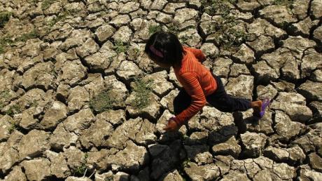 In Südasien sowie in weiten Teilen Afrikas werden wegen ausbleibender Regenfälle erhebliche Ernteeinbußen befürchtet. Foto: Francis R. Malasig/Archiv
