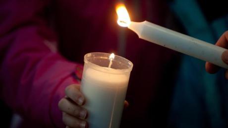Gegen Terror, Gewalt, und Krieg - Mit Kerzen wollen Menschen von München bis Berlin im Rahmen einer Friedensaktion eine gigantische Lichterkerze bilden.