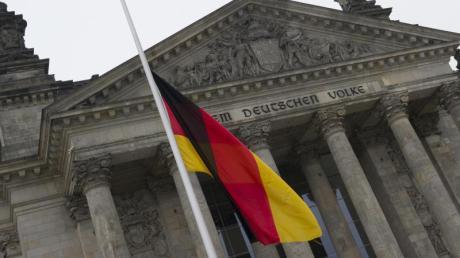 Nach den Terroranschlägen in Beglien weht die Deutschlandfahne vor dem Reichstag auf Halbmast. Foto: Paul Zinken