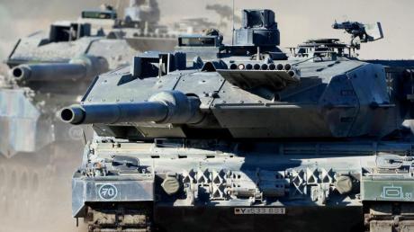 Der Kampfpanzer «Leopard 2 A6» rollt über staubigen Boden. Deutschland zählt zu den fünf größten Rüstungsexporteuren der Welt.Foto: Peter Steffen/Archiv