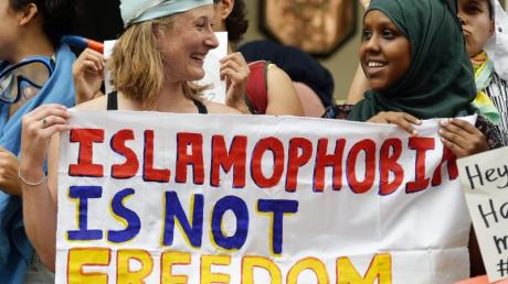 Teilnehmerinnen einer Protestveranstaltung vor der französischen Botschaft in London.Foto: Hannah Mckay