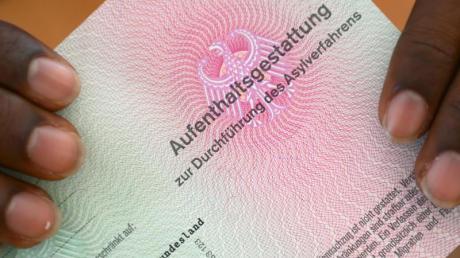 Aufenthaltsgestattung zur Durchführung des Asylverfahrens. In der Landesaufnahmestelle Braunschweig sollen sich einige Flüchtlinge mehrfach registriert haben, um mehrfach Leistungen zu beziehen. Foto: Arne Dedert/Archiv