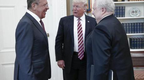 US-Präsident Trump unterhält sich mit Russlands Außenminister Lawrow (l) und dem russischen Botschafter Kisljak am 10.05.2017 im Weißen Haus in Washington.