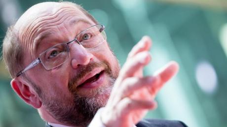«Eine SPD-geführte Bundesregierung wird in den ersten 100 Tagen alle notwendigen Initiativen ergreifen (...), um sicherzustellen, dass diese Schande, dass Frauen immer noch schlechter bezahlt werden als Männer, aufgelöst wird», sagt Schulz.