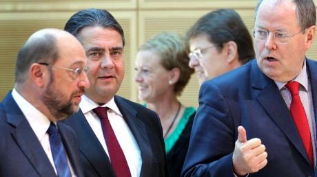 Peer Steinbrück (r.), damals selbst ein nicht allzu erfolgreicher SPD-Kanzlerkandidat, unterhält sich im Oktober 2012 mit Martin Schulz, im Hintergrund lauscht Sigmar Gabriel.