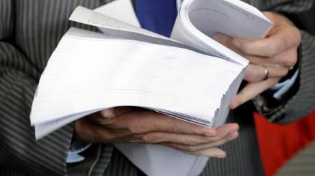 Bundestagspräsident Norbert Lammert blättert durch den Abschlussbericht des NSA-Untersuchungsausschusses. Foto:Kay Nietfeld